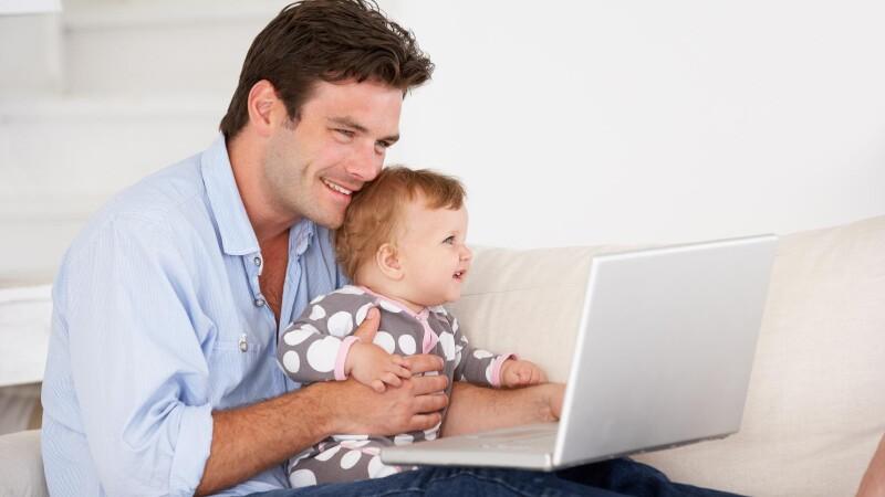 barbat cu laptop