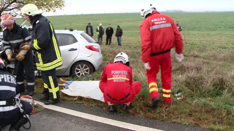 O femeie a murit si trei persoane au fost ranite dupa ce masina in care se aflau s-a izbit de un pom