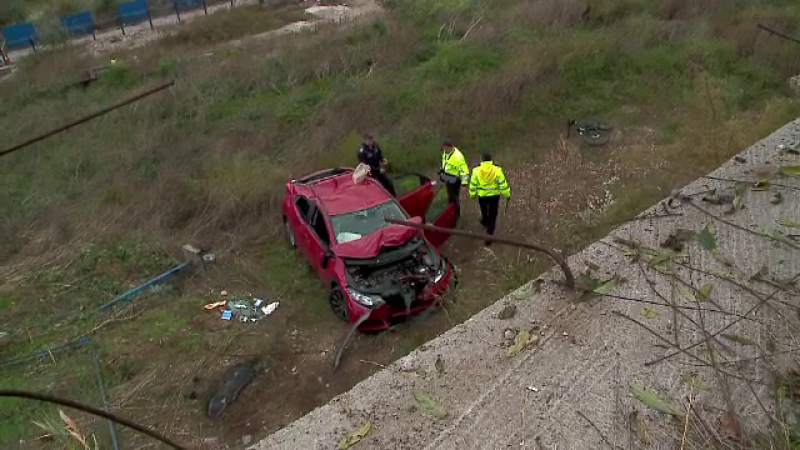 O soferita a plonjat cu masina intr-o rapa adanca de 20 de metri. Femeia si pasagerul din dreapta au scapat cu rani usoare