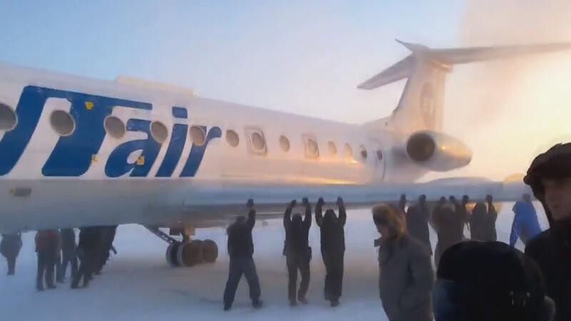 avion impins pe pista in Rusia