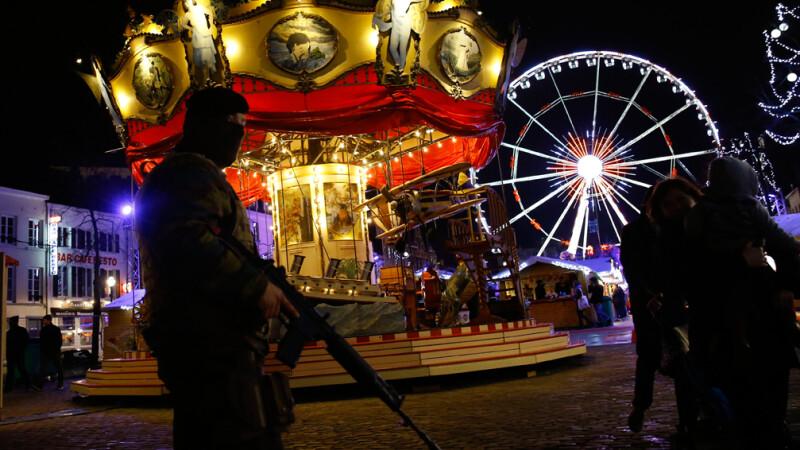 Targuri de Craciun patrulate de soldati inarmati pana in dinti. Dupa atentatele de la Paris, multi turisti evita Europa