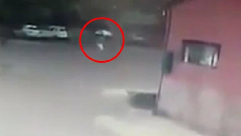 Momentul in care o femeie este lovita de trasnet, pe strada. Ce facea in acele clipe. VIDEO