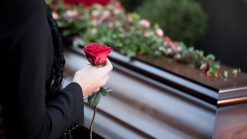 Un baiat de 17 ani a murit dupa ce a fost batut de un grup de tineri. Gestul absolut impresionant facut la inmormantarea lui
