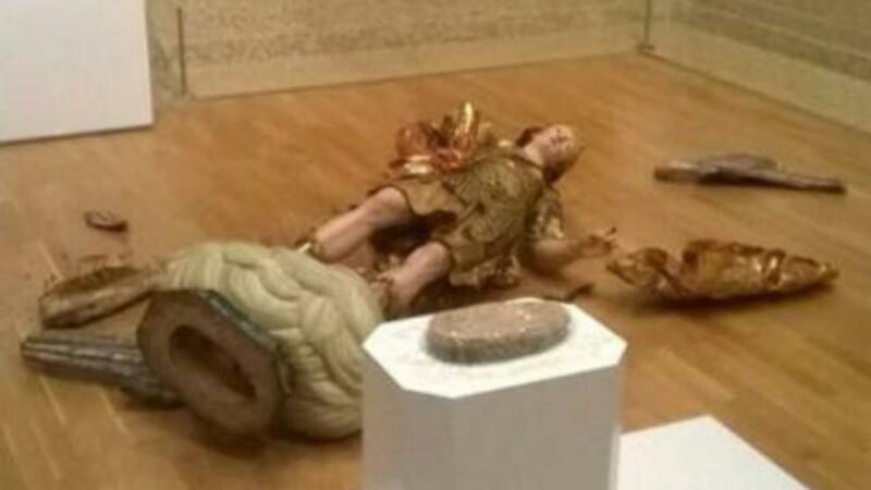 O statuie din secolul 18 a fost sparta de un turist, la Muzeul National de Arta din Lisabona. Ce facea in acel moment