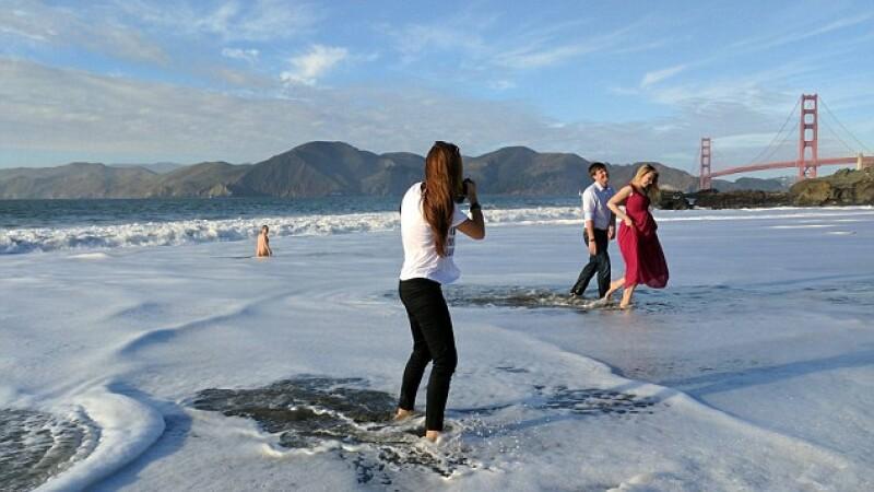 Au intrat in valurile marii pentru o sedinta foto. Surpriza neplacuta care le-a stricat momentul romantic