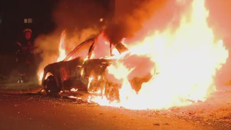 O masina a fost distrusa de un incendiu, in Timis. Ce au povestit oamenii care locuiesc in zona