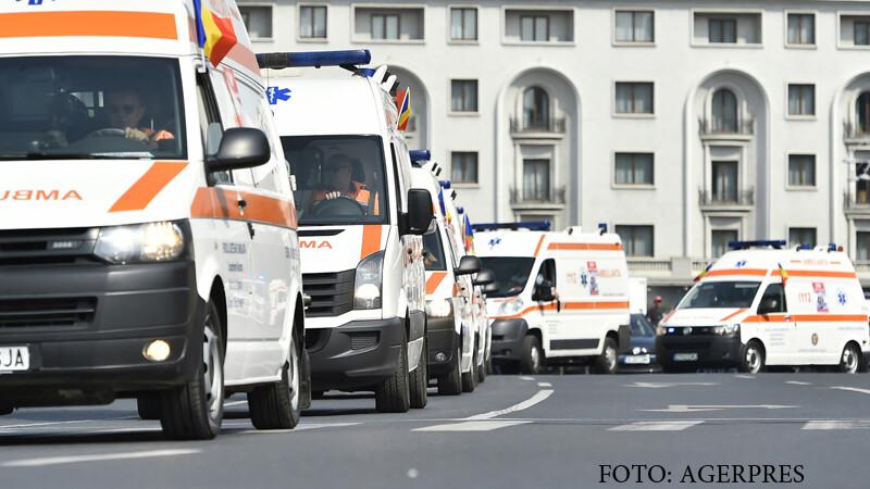 Ambulante apartinand flotei nationale a Serviciilor Publice de Ambulanta defileaza cu prilejul Zilei Nationale a Ambulantei din Romania, in Bucuresti.