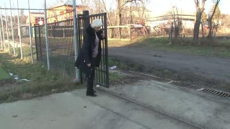 Un elev de 7 ani e in stare grava, dupa ce poarta de la scoala s-a prabusit peste el. Firma care a facut lucrarea, verificata