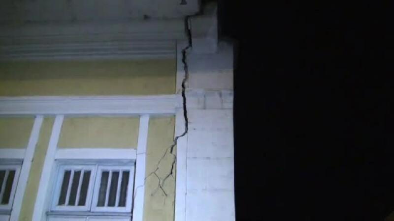 13 oameni au fost in pericol,dupa ce zidul unei cladiri s-a prabusit. Martor: