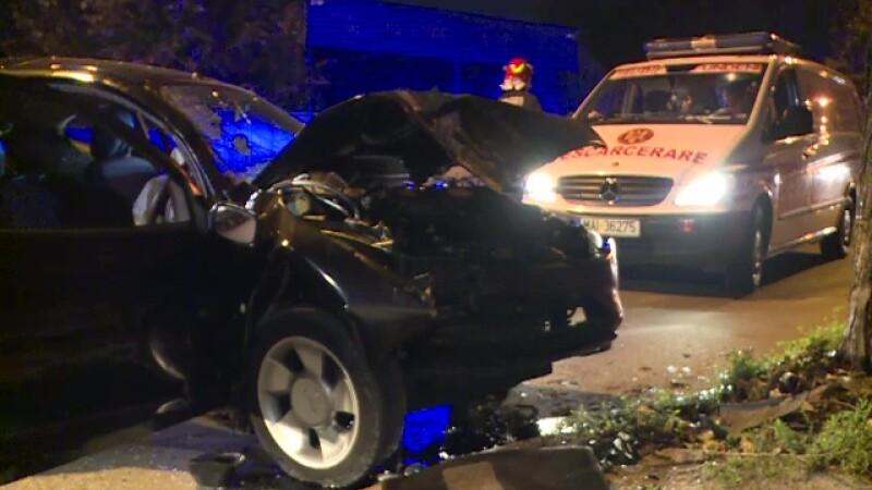 Accident grav în Capitală. Un tânăr a intrat cu viteză într-un copac