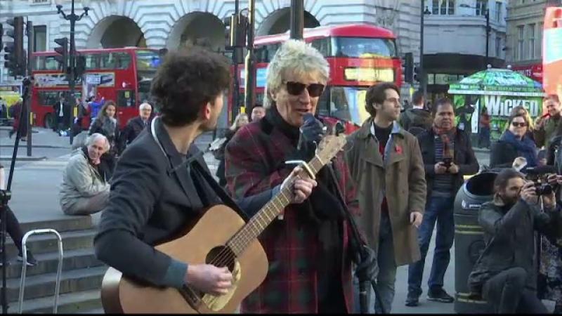 Rod Stewart a cântat pe stradă pentru a promova o expoziție foto