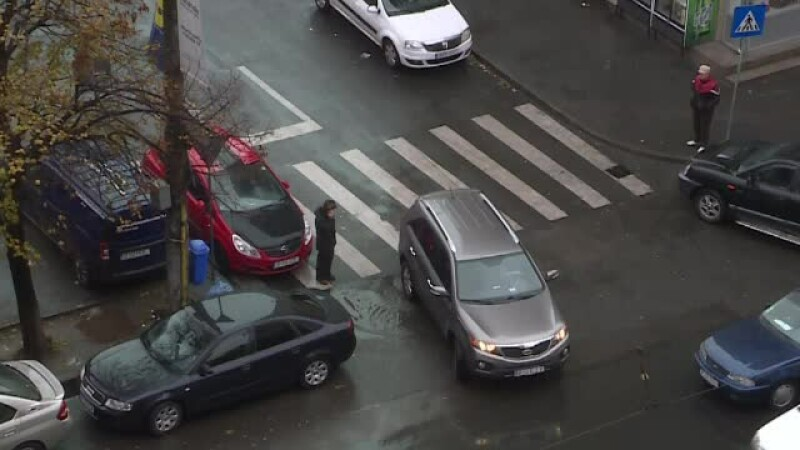 masini parcate pe colt