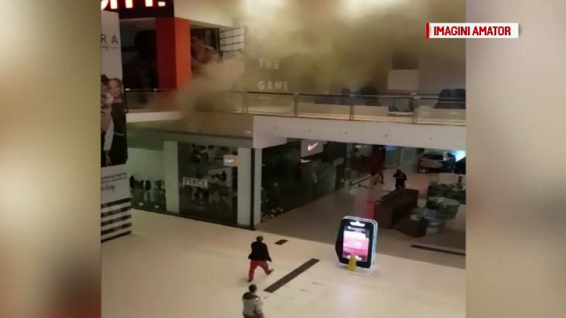 Incendiu la cel mai mare mall din Constanța. Un pompier s-a rănit în timpul intervenției