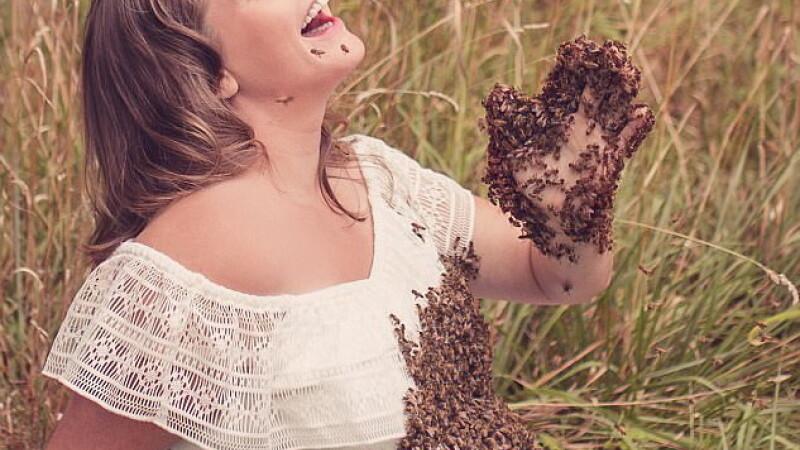 Ce s-a întâmplat cu gravida care s-a pozat cu 20.000 de albine pe corp