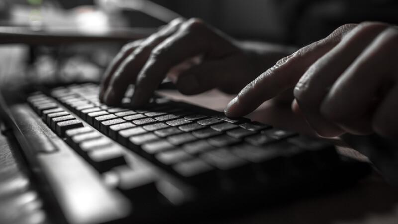 Copil vândut pe Internet pedofililor de părinţii săi. Cel puţin 8 persoane l-au abuzat
