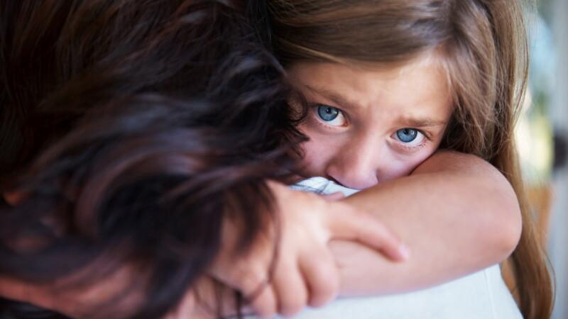 Fetiță de 13 ani, din Baia Mare, gravidă după un viol, a născut acasă. Cine este agresorul