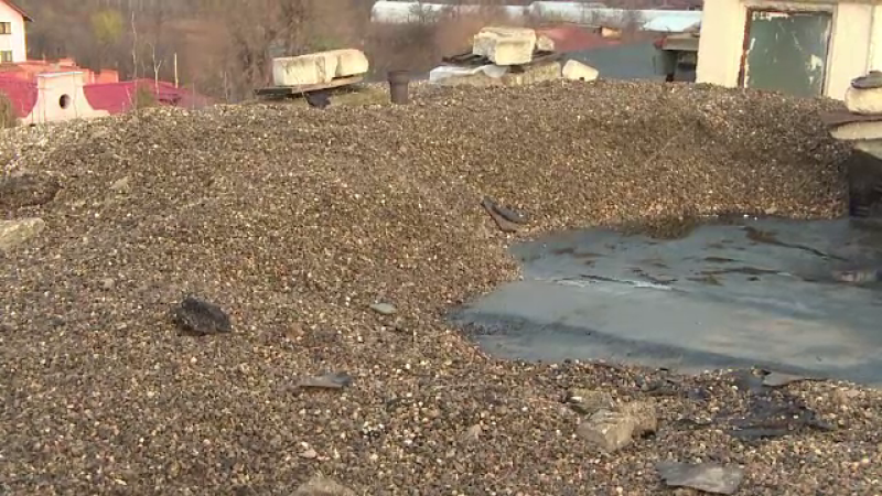 Garsoniera unui bărbat, distrusă, după ce vecinii au depozitat pietriș pe acoperiș