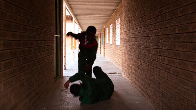 Un elev din Buzău și-a desfigurat un coleg. Victima și-ar putea pierde ochiul drept
