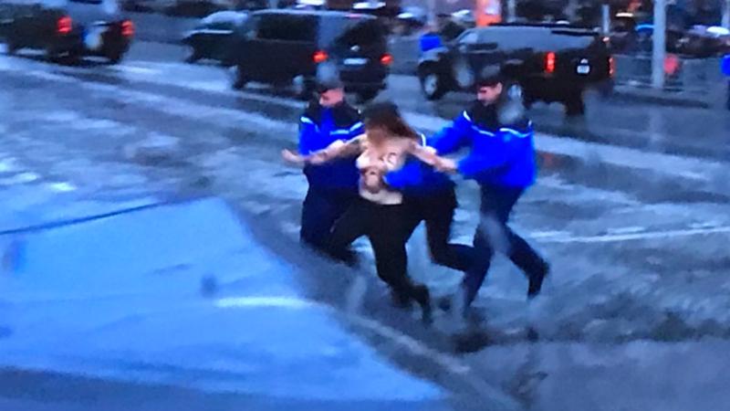 Incident în timp ce maşina în care se afla Donald Trump trecea pe Champs-Elysees. Două activiste Femen, reținute