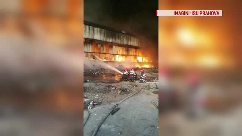 Pompierii se luptă de 2 zile cu un incendiu. Oamenii, sfătuiți să rămână în case