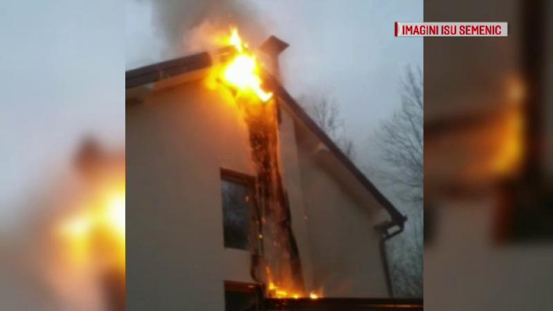 Incendiu la clădirea viitoarei maternități din Oravița. Acoperișul și fațada, complet distruse