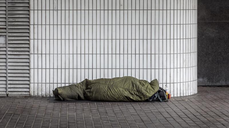 barbat fara adapost dormind pe strazi