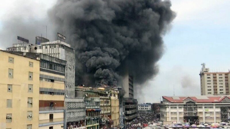 O clădire de cinci etaje a fost cuprinsă de flăcări. VIDEO