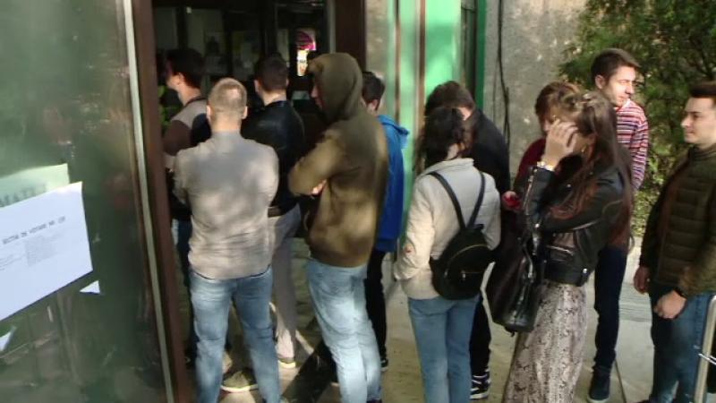 Reacțiile tinerilor nevoiți să stea la coadă ca să voteze în țară