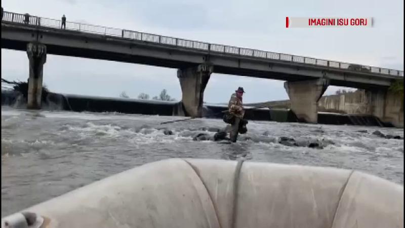 Surpriză uriașă pentru un pescar, în Gorj. Ce s-a întâmplat cu râul în care pescuia