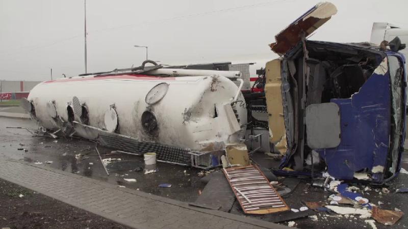 O cisternă încărcată cu zeci de tone de motorină s-a răsturnat pe șosea