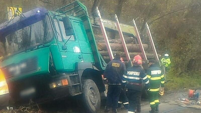 Camion cu lemne rasturnat