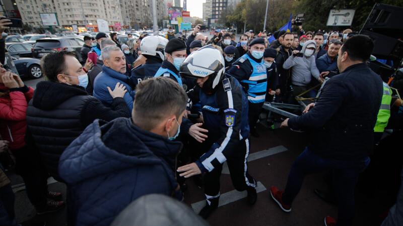 Zeci de persoane amendate și avertizate la protestul din Piața Victoriei împotriva măsurilor anti-Covid