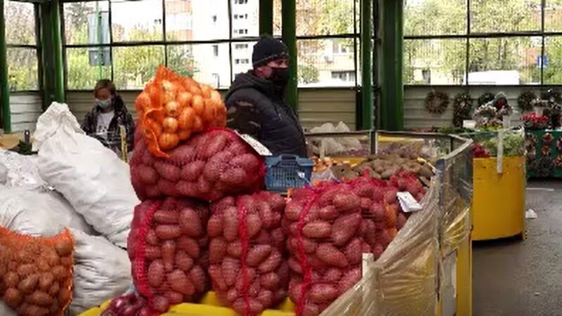 Vânzătorii îngheață în piețe în așteptarea clienților: \