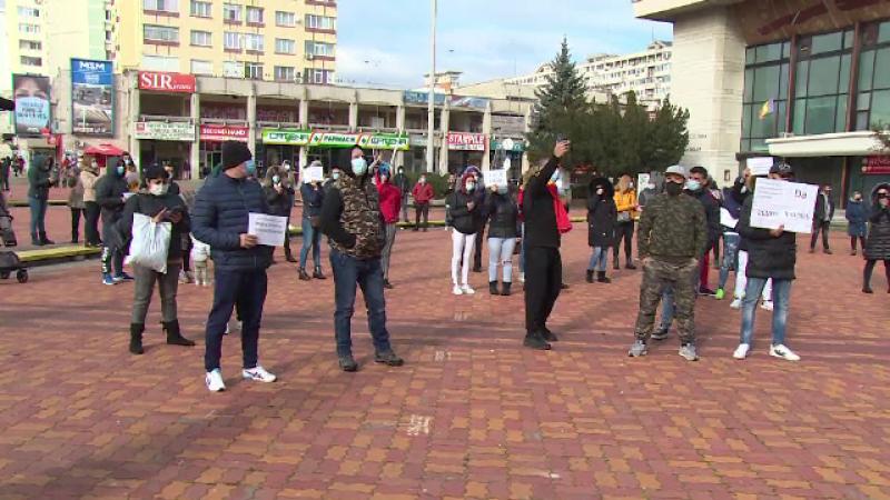 Zeci de oameni au protestat în Argeș, după ce au stat luni întregi în șomaj tehnic
