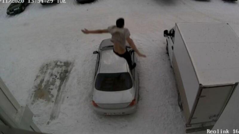 Un bărbat din Rusia a fost filmat cum cade de la etaj peste o mașină parcată