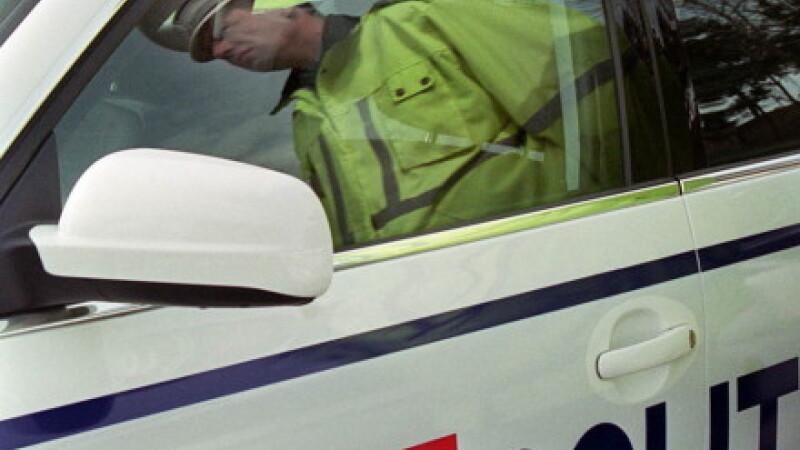 Politist lovit de soferul pe care il oprise in trafic