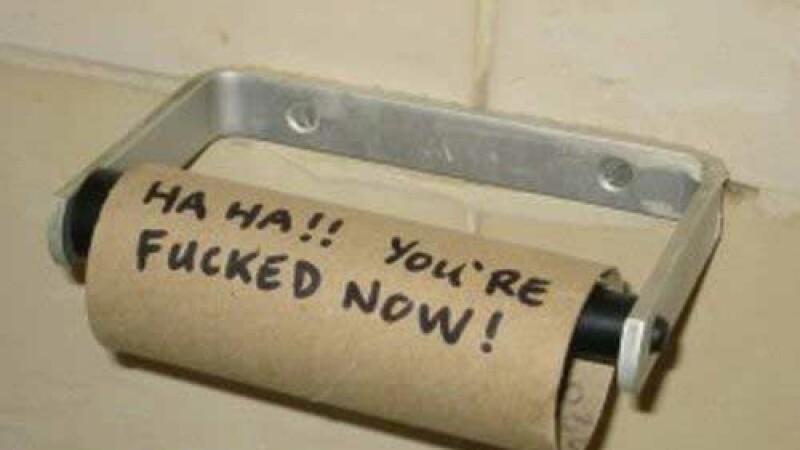 Cum a reactionat un barbat cand a vazut ca nu mai are hartie igienica la baie, in camera de hotel
