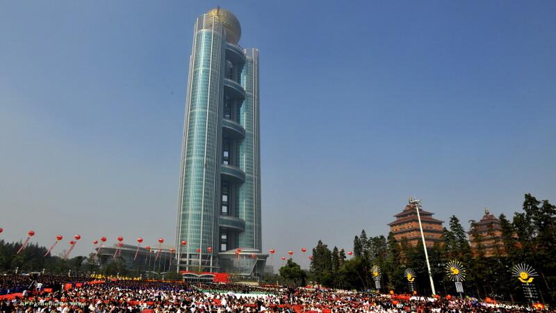 Cea mai absurda constructie din lume! Turn de 328 de metri ridicat intr-un sat cu 2.000 de fermieri
