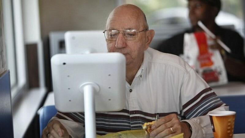 McDonald\'s ofera clientilor acces la internet si iPad-uri gratuit, dar interzice accesul la un site