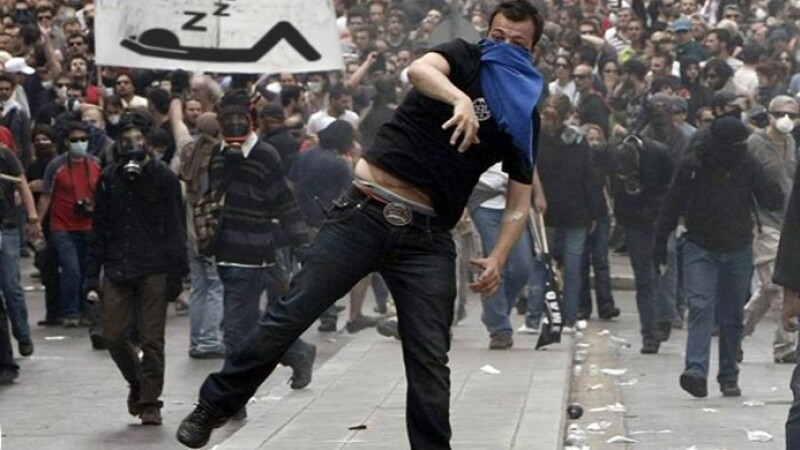 "Grecii ies in strada: ""Unde e criza pe care ne-ati promis-o? Inca mai trebuie sa mergem la serviciu\"