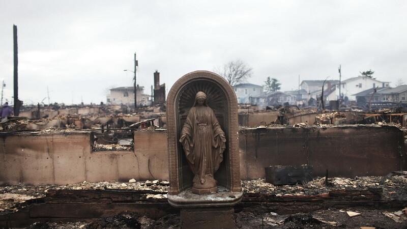 statuie Fecioara Maria, cimitir, uraganul Sandy