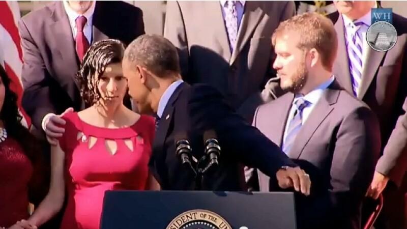 Barack Obama ajuta o femeie