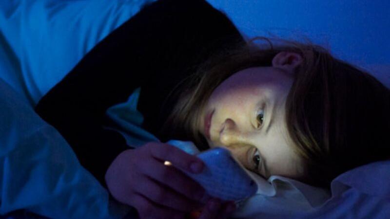 De ce nu este bine sa iti verifici telefonul mobil noaptea. Descoperirea facuta de cercetatorii americani