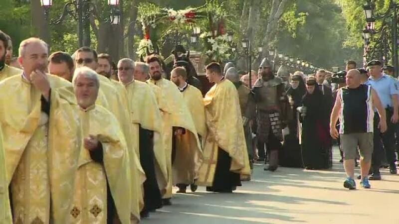 Peste 35.000 de credinciosi au urcat pe Dealul Mitropoliei, indurand frigul, pentru a se ruga la moastele Sfantului Dimitrie