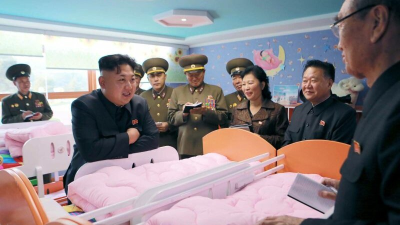O noua aparitie in public a liderului nord-coreean. Zambitor si pus pe glume, Kim Jong Un a vizitat un orfelinat