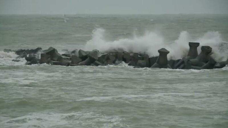 Valuri de 6 metri pe litoral: mai multe porturi au fost inchise. Vremea isi va reveni abia spre sfarsitul saptamanii