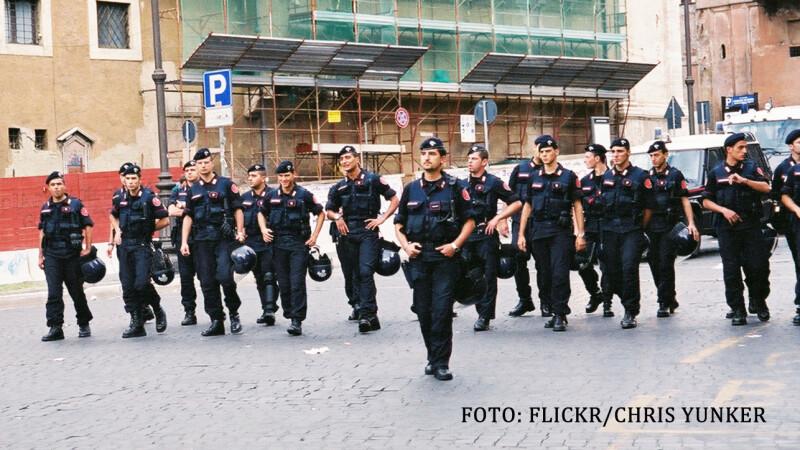 Doi romani au fost arestati in Italia. Barbatii au fost prinsi cu 93 de kilograme de droguri pe aeroport
