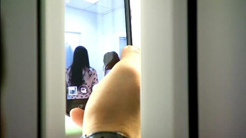 Ce risca profesorul care si-ar fi fotografiat elevele in toaleta. Barbatul a explicat comisiei de ce a comis acest gest