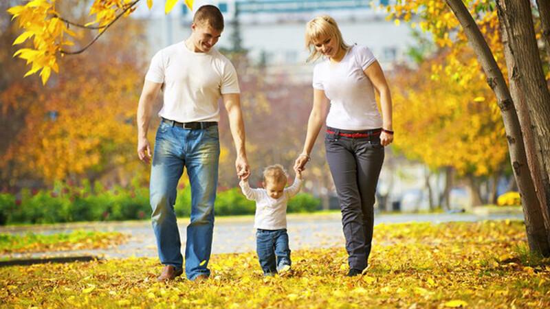 cuplu la plimbare cu un copil