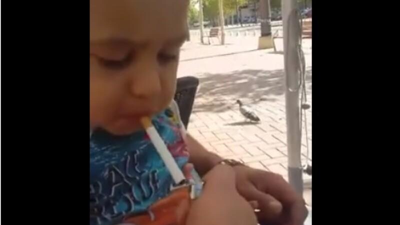 copil care fumeaza